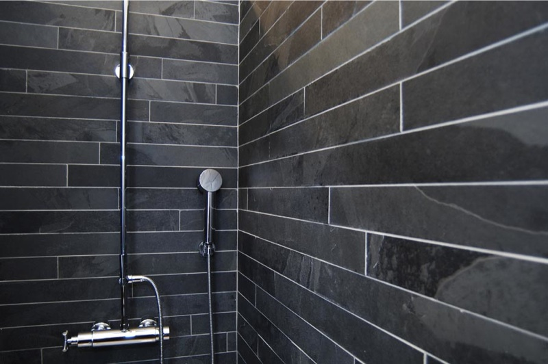 black_slate_strips_bathroom_wall